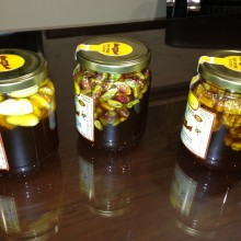Honig und Schalenfrüchte im Glas